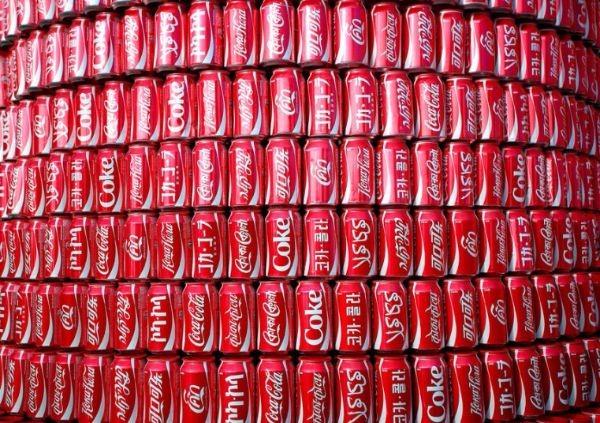 WC-Coke-Cans_2943184k